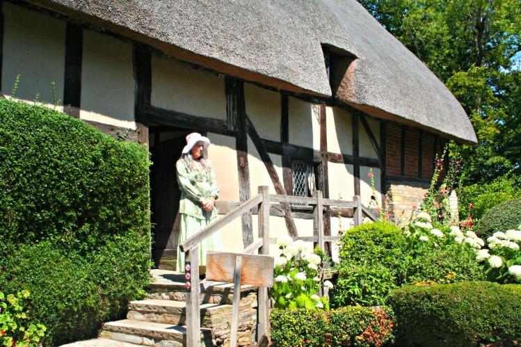 Anne Hathaway's Cottage - www.shewalkstheworld.com