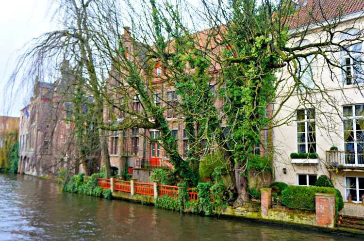 A Winter's Day in Bruges - Canals - www.shewalkstheworld.com